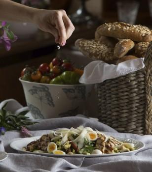 Lauku cāļa filejas un jauno spinātu salāti