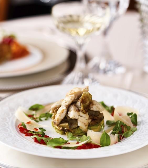 Siltie artišoku un jūras vilka filejas salāti
